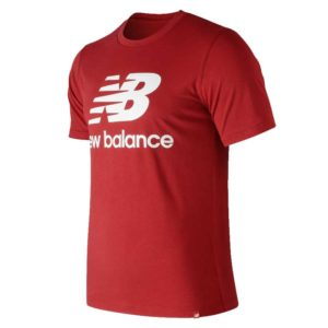 Camiseta para hombre New Balance Essentials Stacked Logo, en color rojo.