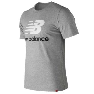 Camiseta New Balance Essentials Stacked Logo para hombre en color gris.