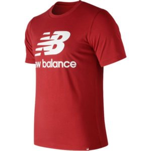Camiseta New Balance Essentials Stacked Logo para mujer en color rojo.