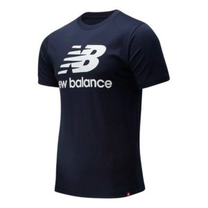 Camiseta para hombre New Balance Essentials Stacked Logo en color azul marino.
