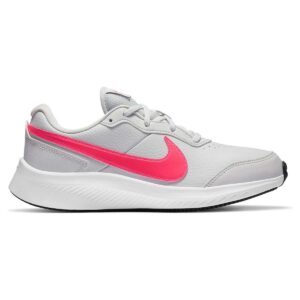 Zapatillas Nike Varsity Leather, en color gris y rosa, de running.