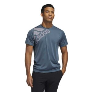 Camiseta Adidas Freelift Badge of Sport para hombre, en color azul y gris, de manga corta.