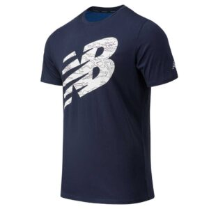 Camiseta New Balance Graphic HeatherTech para hombre, en color azul marino.
